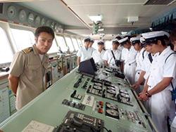 「フェリーあけぼの」を遠洋航海中の学生25名が見学しました